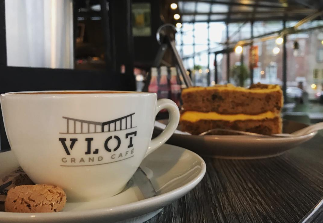 Koffie en taart bij Vlot Grand Café